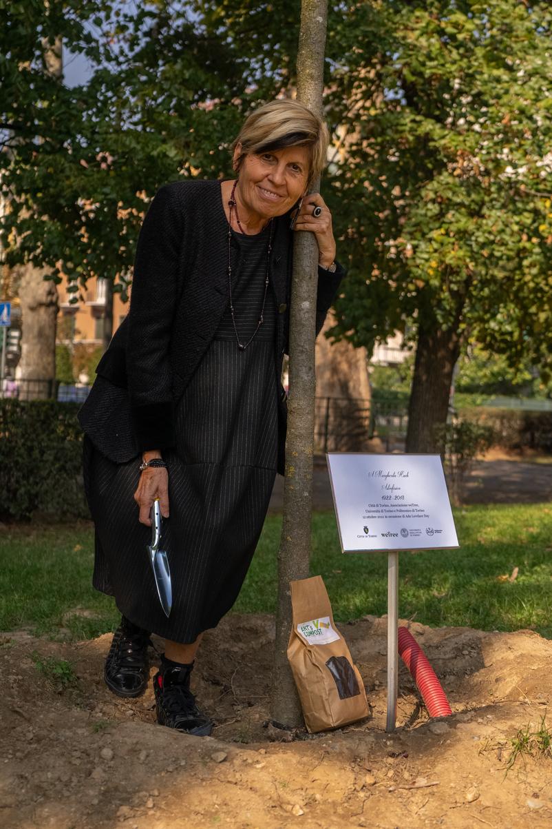 La Prof.ssa Maria Lodovica Gullino e la targa apposta accanto al Prunus cerasifera dedicato a Margherita Hack